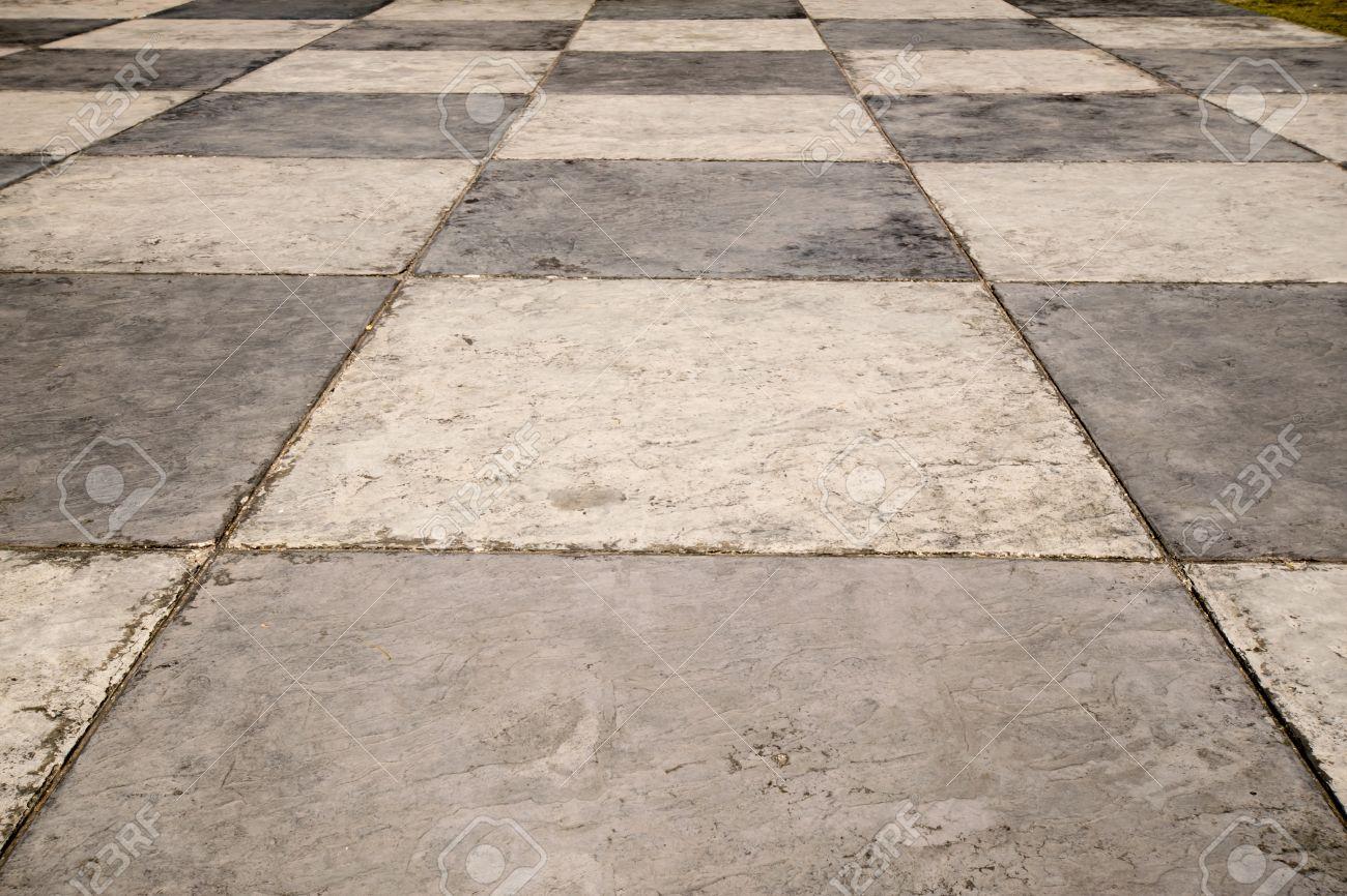 Fußboden Farbe ~ Checkered fußboden aus alten weißen und grauen zement farbe
