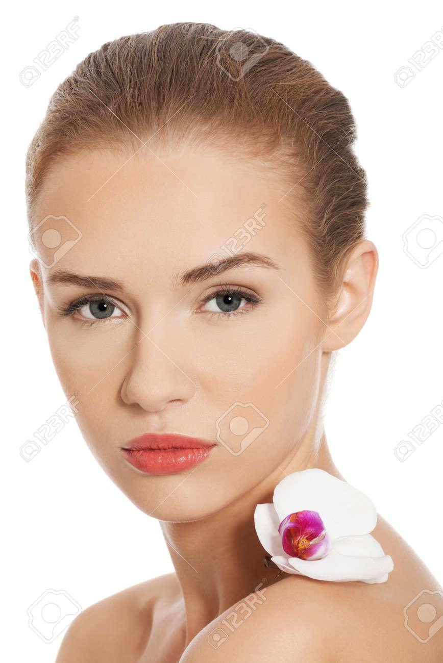 Mujer Desnuda Desnuda Tiene La Flor Blanca En Los Hombros Aislado En Blanco