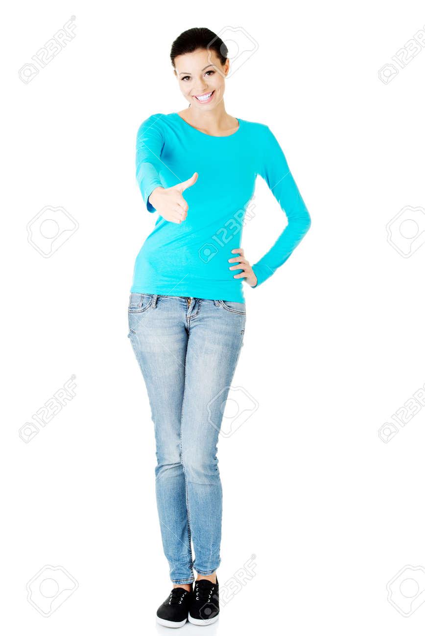 fbbe5b5ed0 Banque d'images - Jeune femme occasionnel montrant geste de bienvenue.  Donner un coup de main. Isolé sur fond blanc.