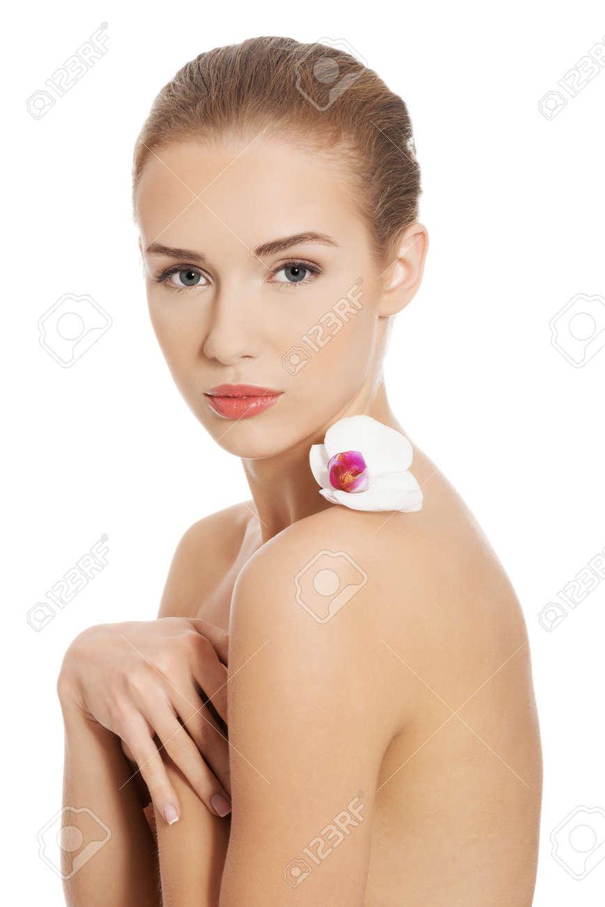 Mujer Desnuda Desnuda Teniendo Flor Blanca Sobre Los Hombros Aislado En Blanco