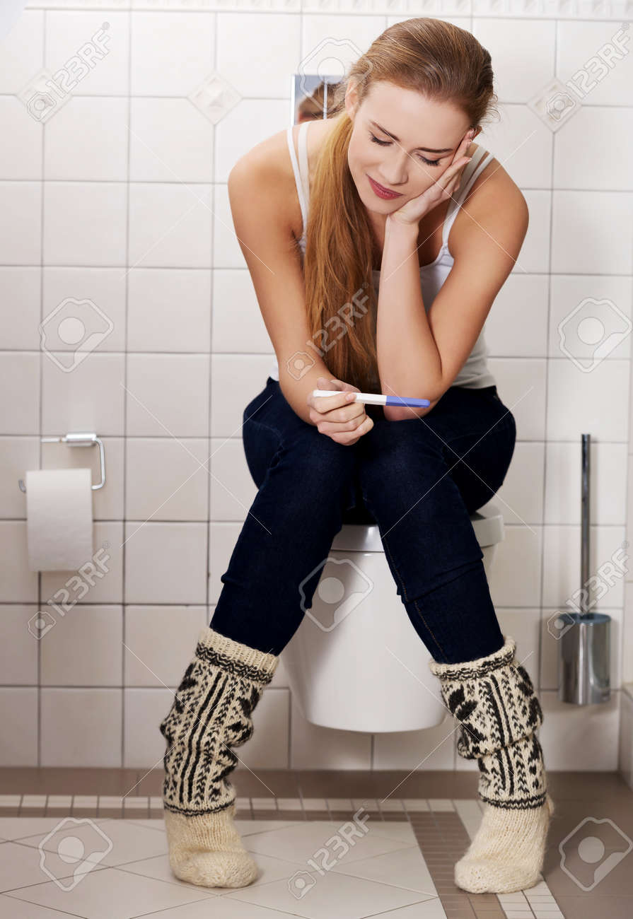 фото на унитазе девушка
