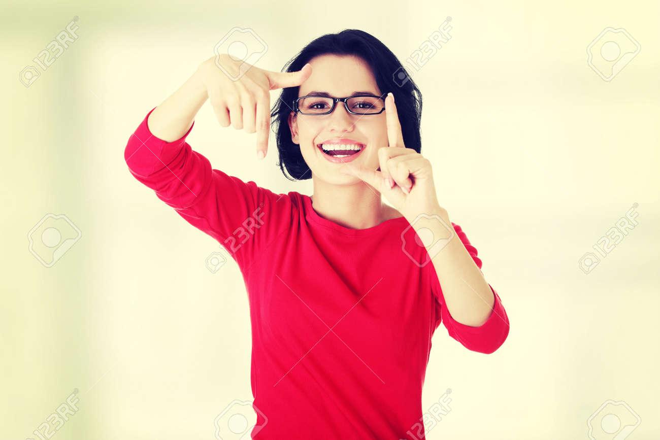 Mujer Sonriente Con Blusa Roja Está Mostrando Marco De Las Manos ...