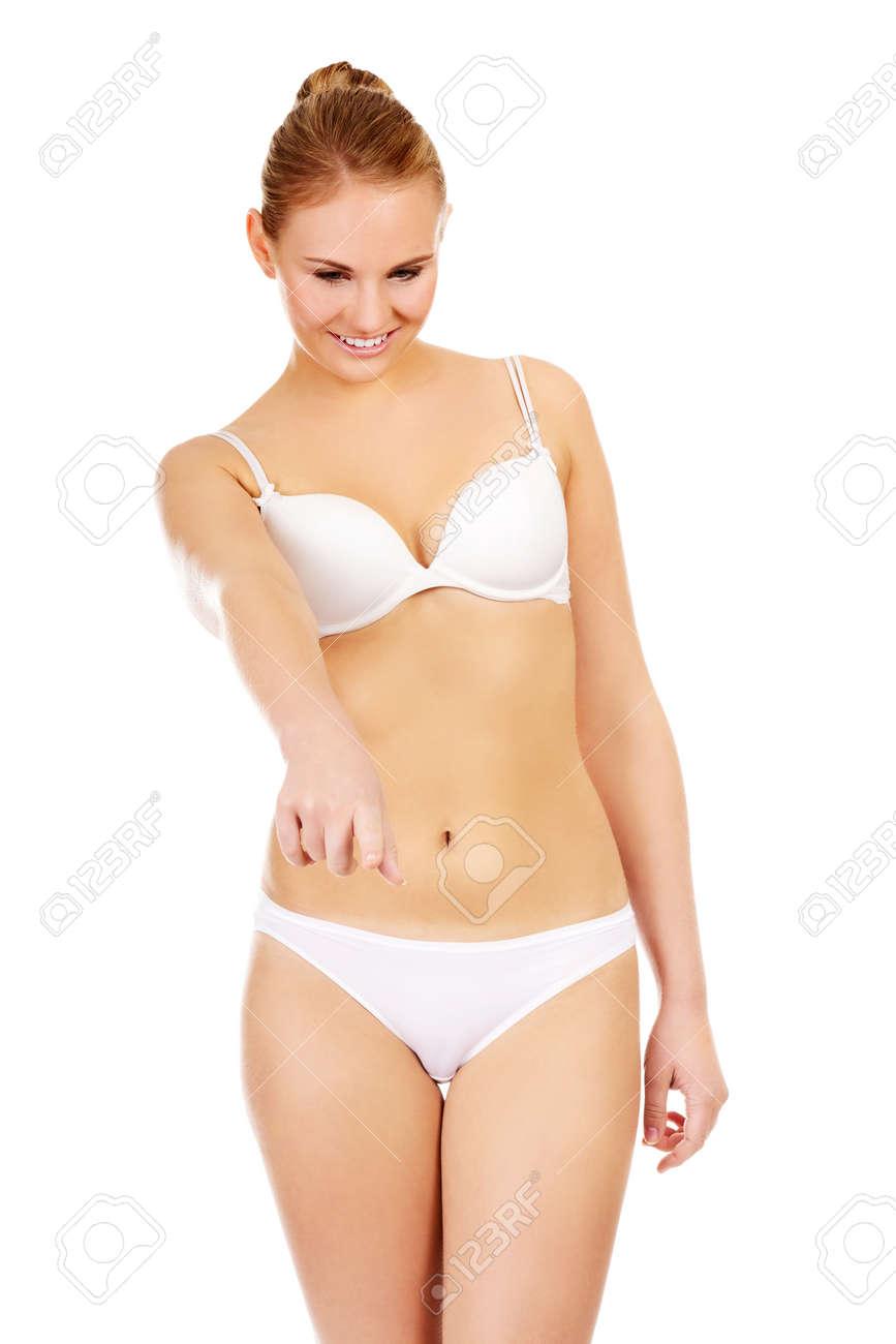 1be73423ec33 Mujer joven en lencería blanca apuntando para copyspace o algo