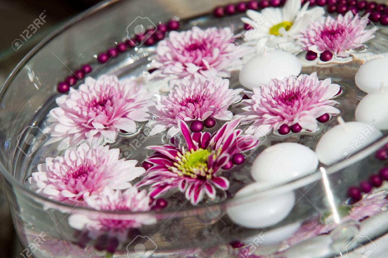 Sympathisch Dekoration Gartenparty Galerie Von Schwimmende Kerzen Und Blumen. Für Eine Standard-bild
