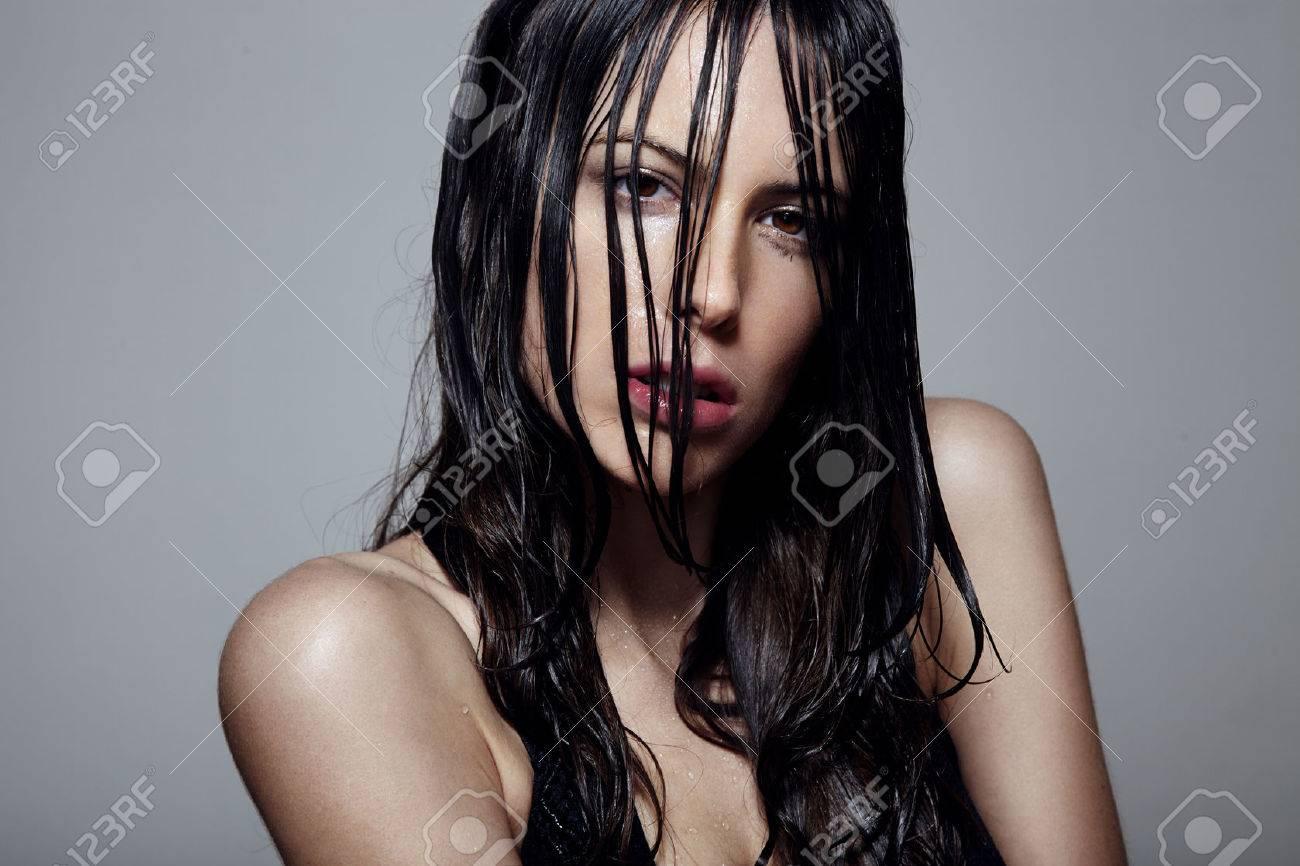 濡れた髪と肌の女性 の写真素材 画像素材 Image