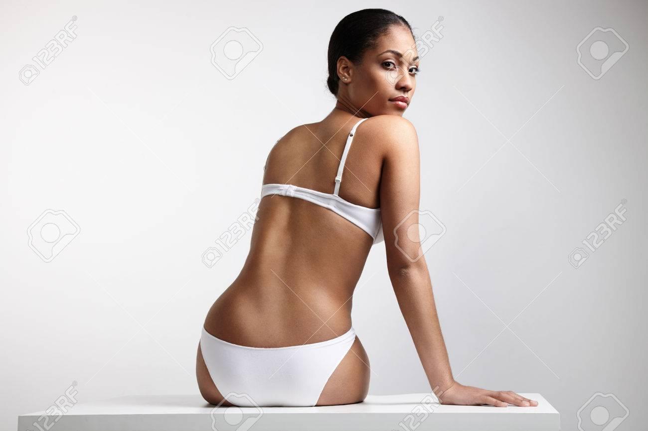 7e84b086a411 Foto de archivo - Mujer negra en ropa interior desde la parte trasera  mirando la cámara