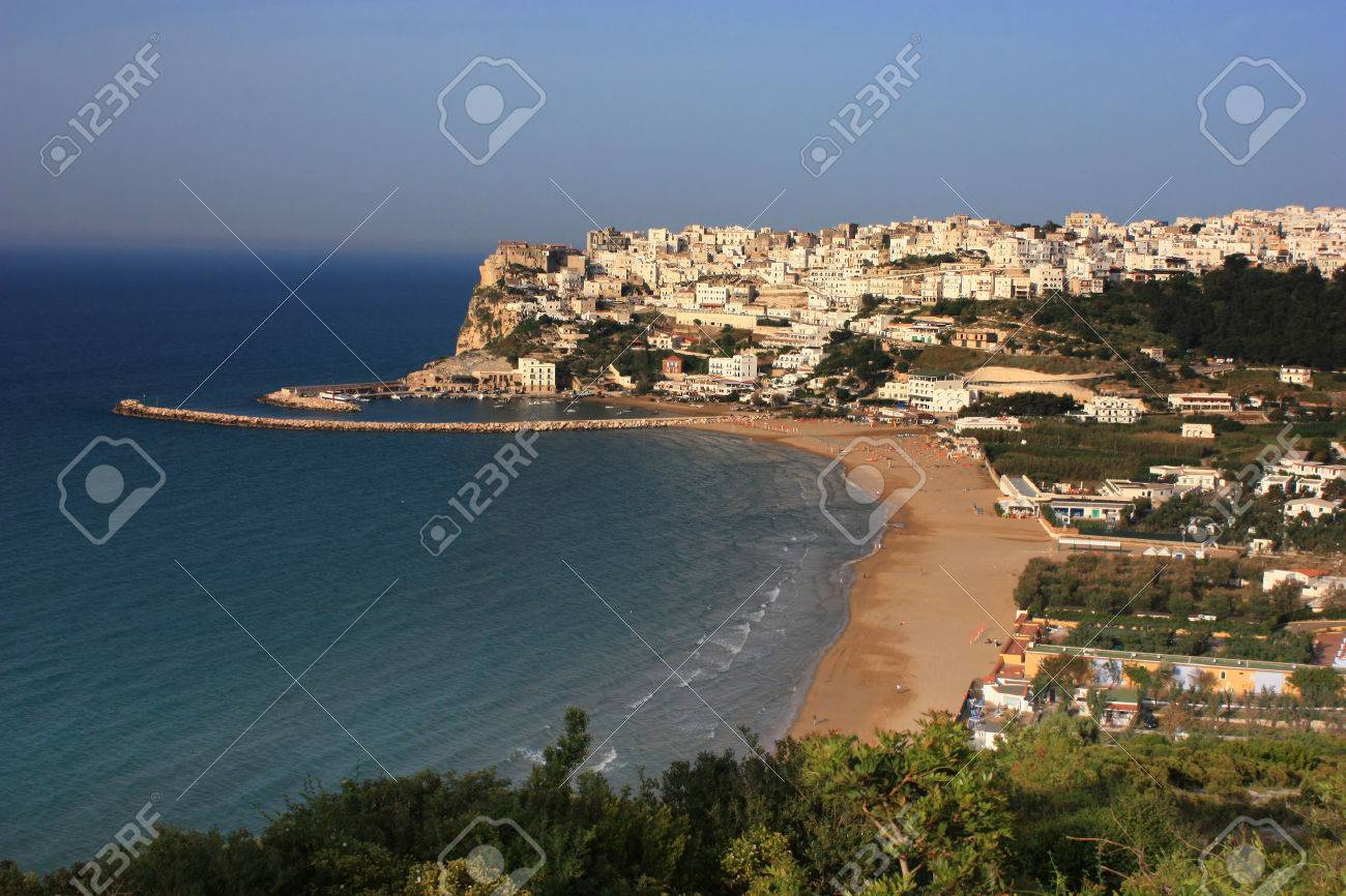 イタリアの海岸のペスキチの市 の写真素材・画像素材 Image 27102589.