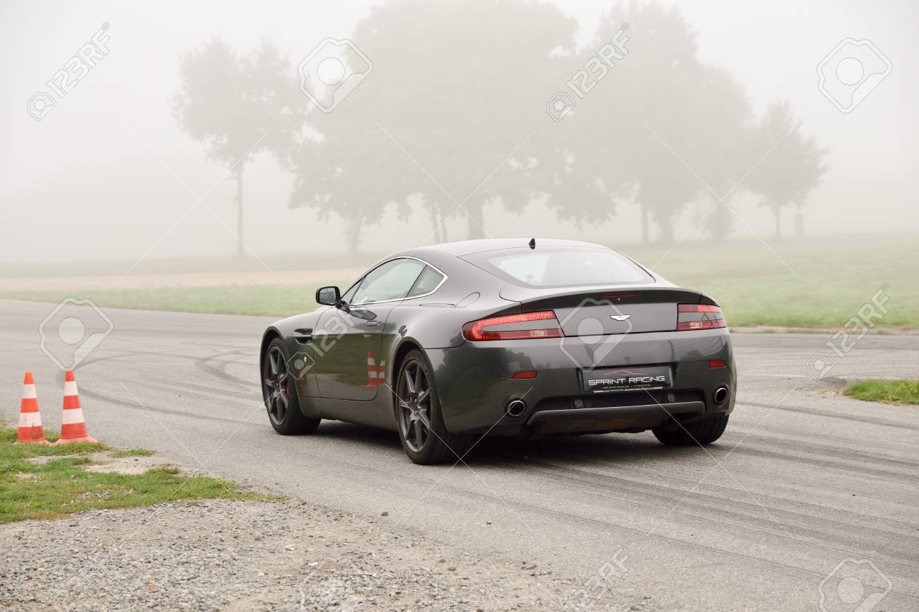 September 11 2015 Aston Martin V8 Vantage Le Circuit De Lohã Ac Frankreich Lizenzfreie Fotos Bilder Und Stock Fotografie Image 77030377