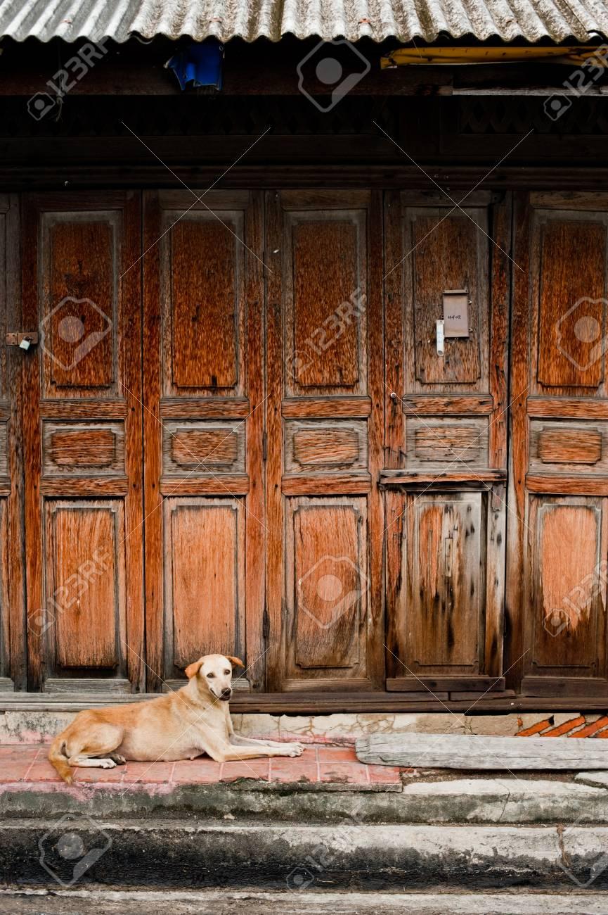 Das äußere Türfenster Und Die Wand Eines Vintage Holzhauses ...