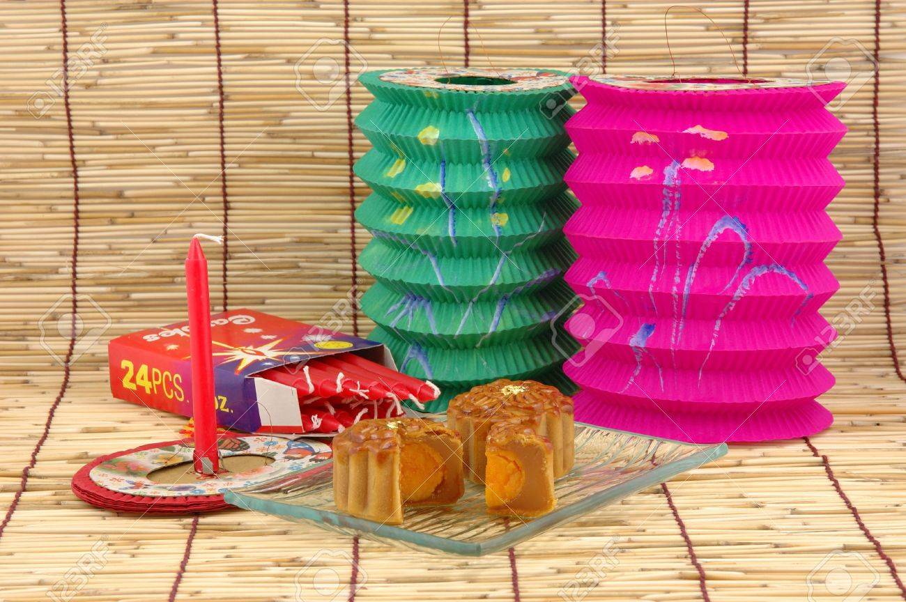 Mid-autumn festival: mooncake, chinese lanterns and candles Stock Photo - 601143