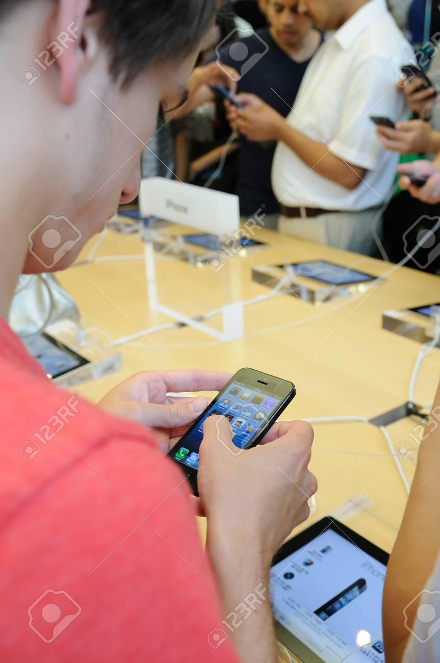 Customer trying the new iPhone 5 in Hong Kong Apple store Stock Photo - 15370358