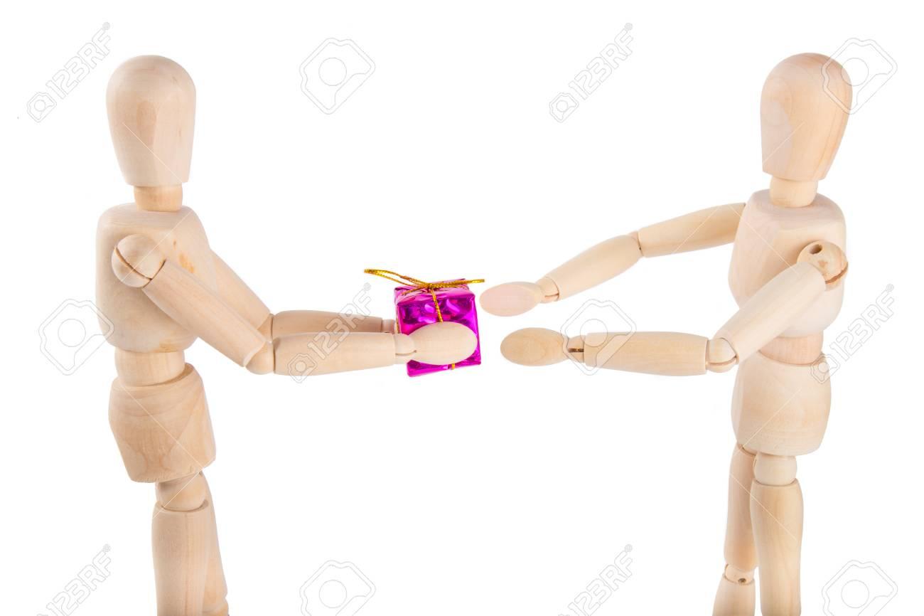 Hölzerne Marionette Gibt Eine Lila Geschenk An Eine Andere Puppe ...
