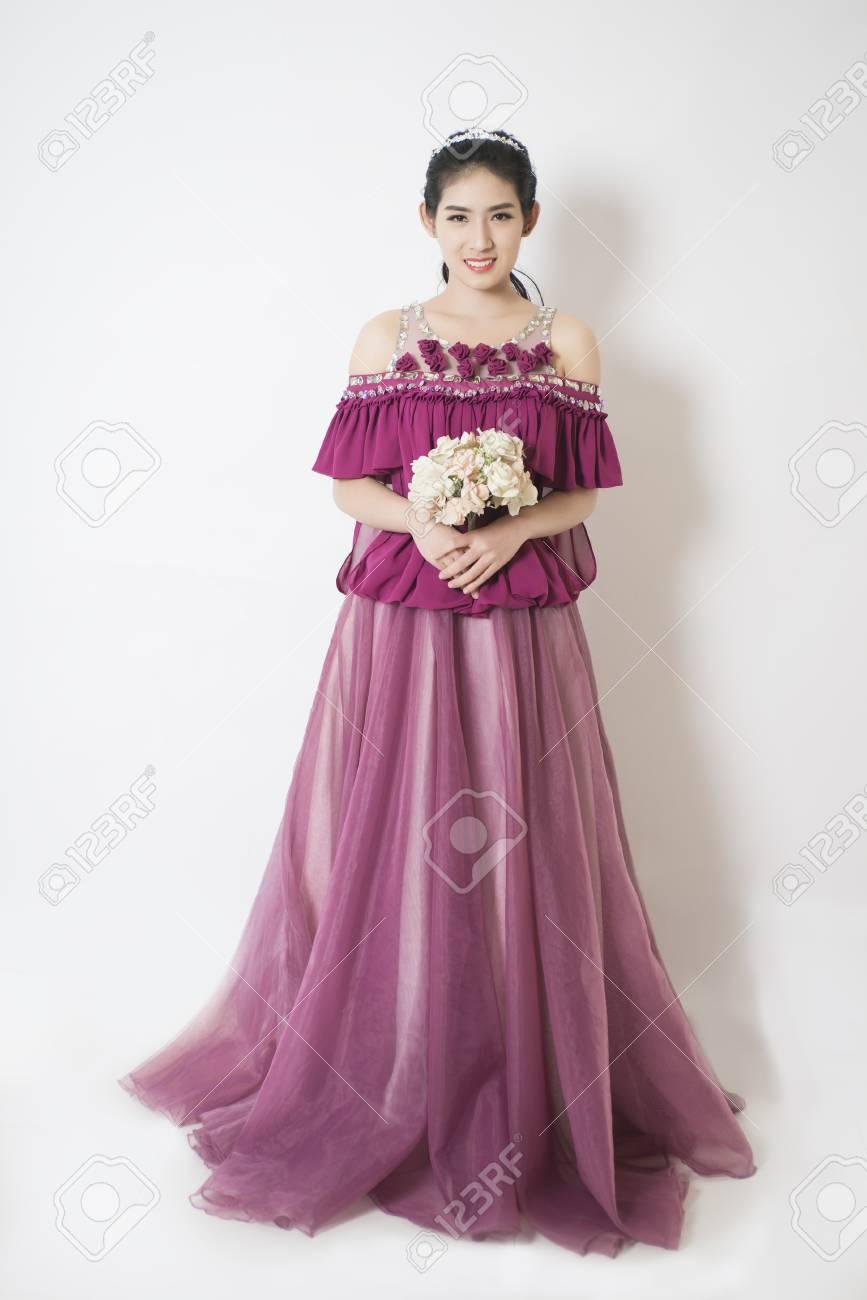 Púrpura Elegancia De La Novia En Vestido De Novia. La Mano Rised ...