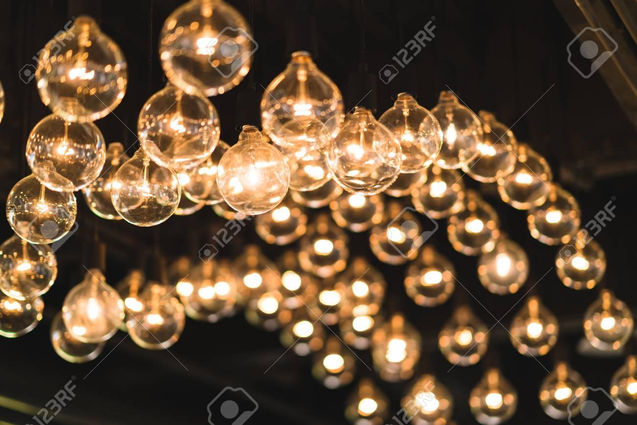 Glühbirnen oder lampen an der decke verziert gedimmter lichtton