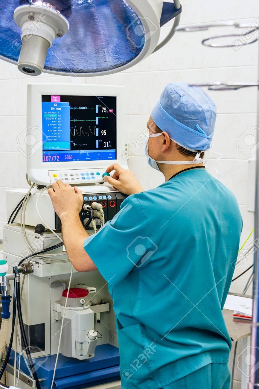 Anästhesist Mit Monitor Im OP-Saal Lizenzfreie Fotos, Bilder Und ...