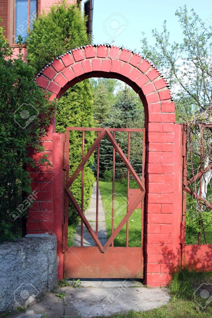 Puerta De Jardn Con Un Arco Decorativo De Ladrillo Entrada De Arco