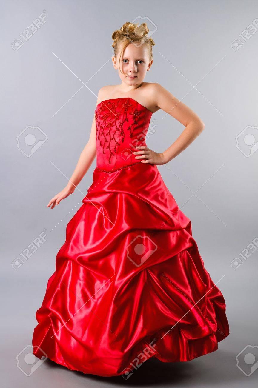 Eine Niedliche Blonde Teenager-Mädchen Posiert In Einem Kleid Auf ...