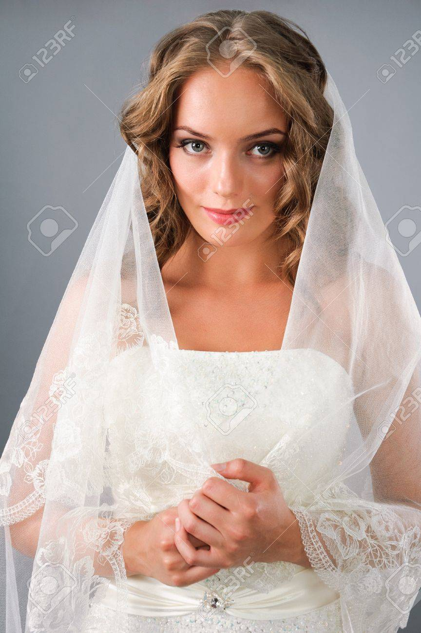 Свадебные прически распущенные волосы фатой фото
