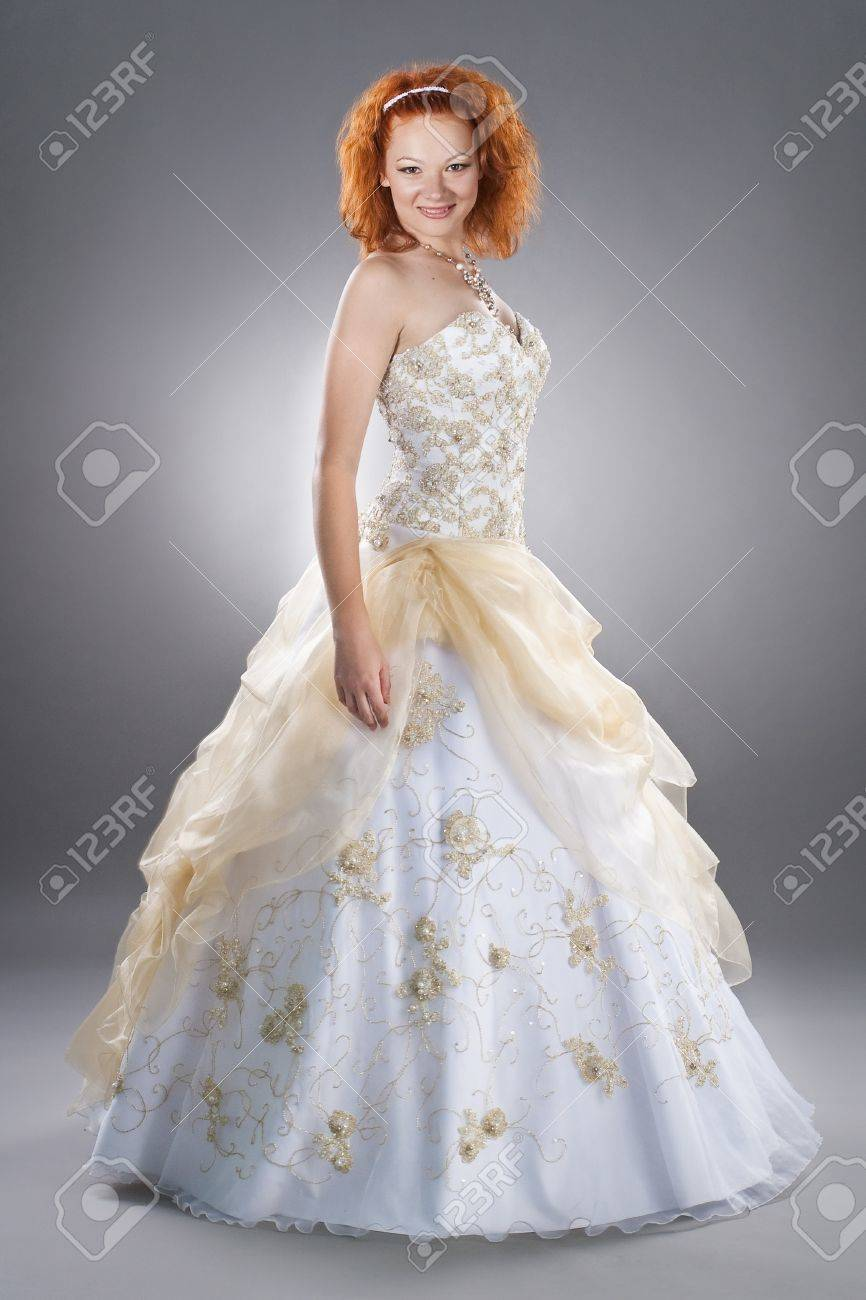 Heureuse Mariée Rouge Portant Robe De Mariage