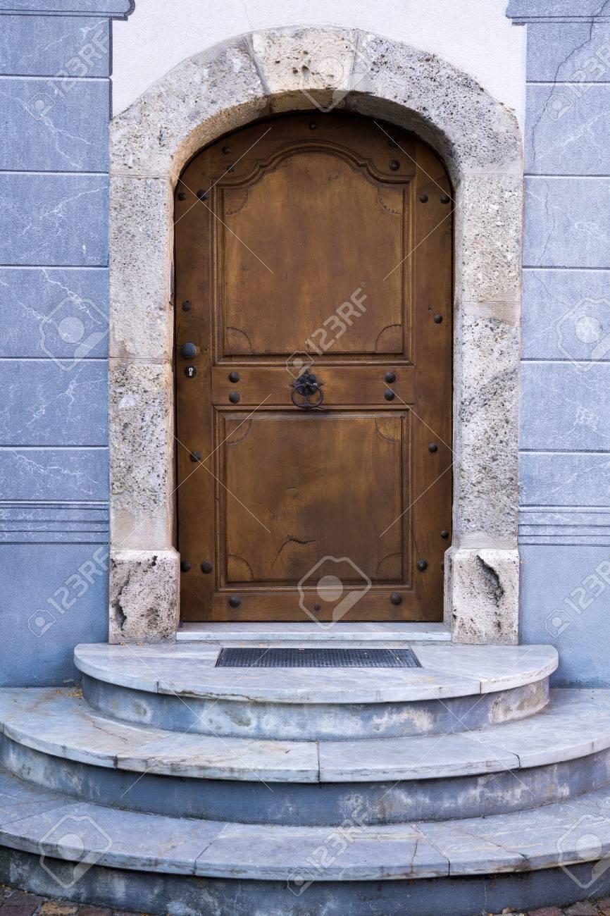 Banque Du0027images   Extérieur Architectural Détail De Porte En Bois Fermé  Voûtée Du Bâtiment Construit De Marble Blue Stone Avec Les étapes