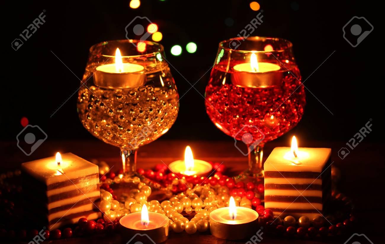 Preferenza Incredibile La Composizione Di Candele E Bicchieri Sul Tavolo Di  KD81