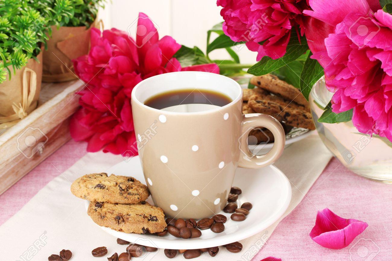 dimanche 16 septembre  13950056-tasse-de-caf%C3%A9-des-biscuits-et-des-fleurs-sur-la-table-dans-le-caf%C3%A9
