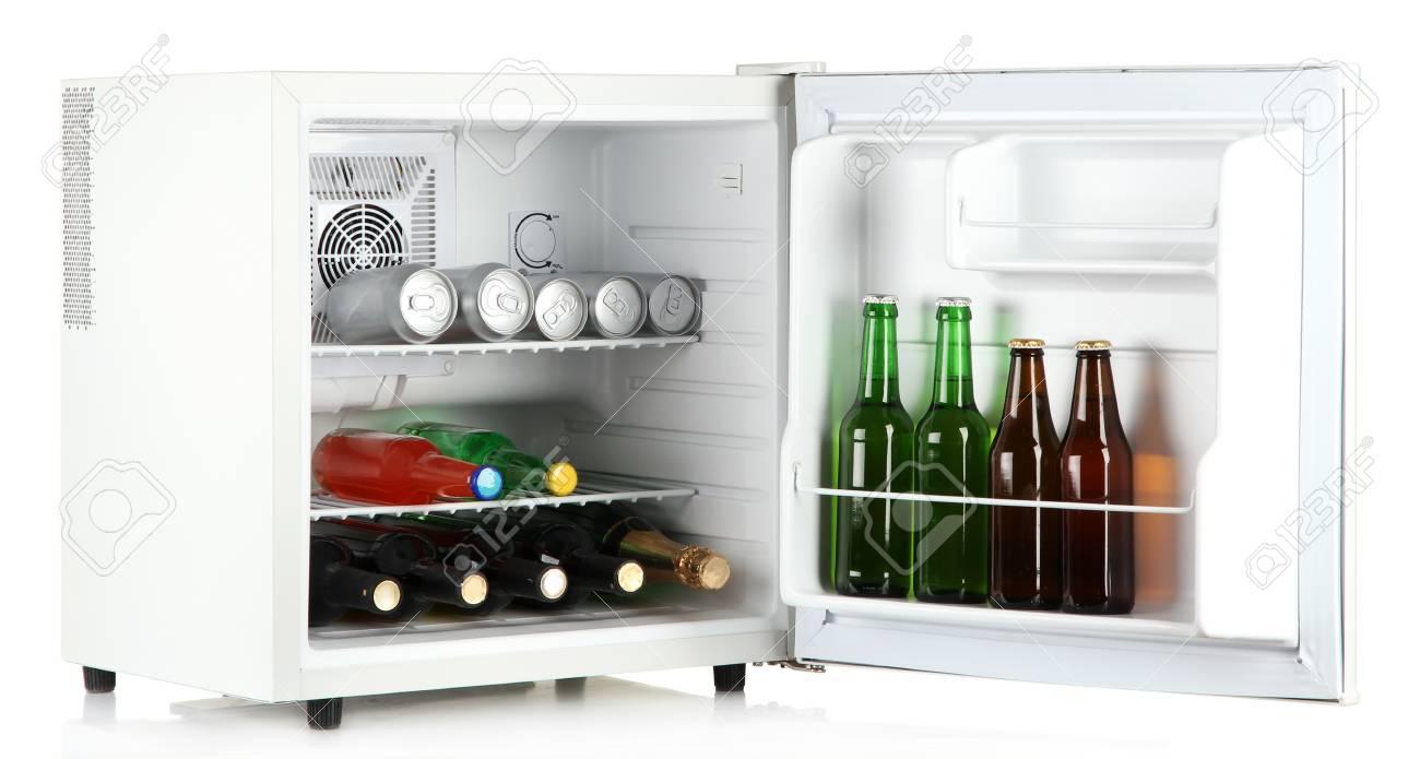 Mini Kühlschrank Für Getränke : Mini kühlschrank voller flaschen alkoholische getränke auf weiß