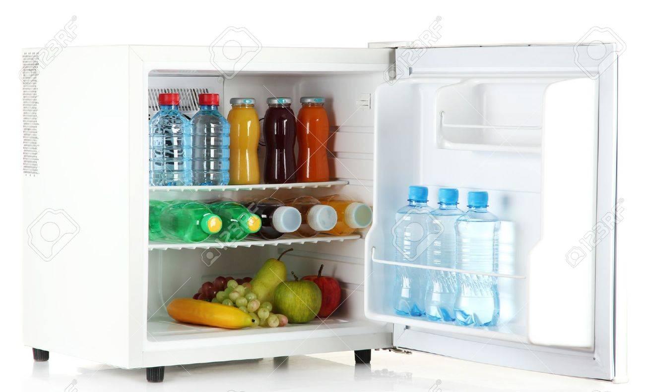 Mini Kühlschrank Für Eine Dose : Mini kühlschrank voller flaschen saft soda und obst isoliert auf