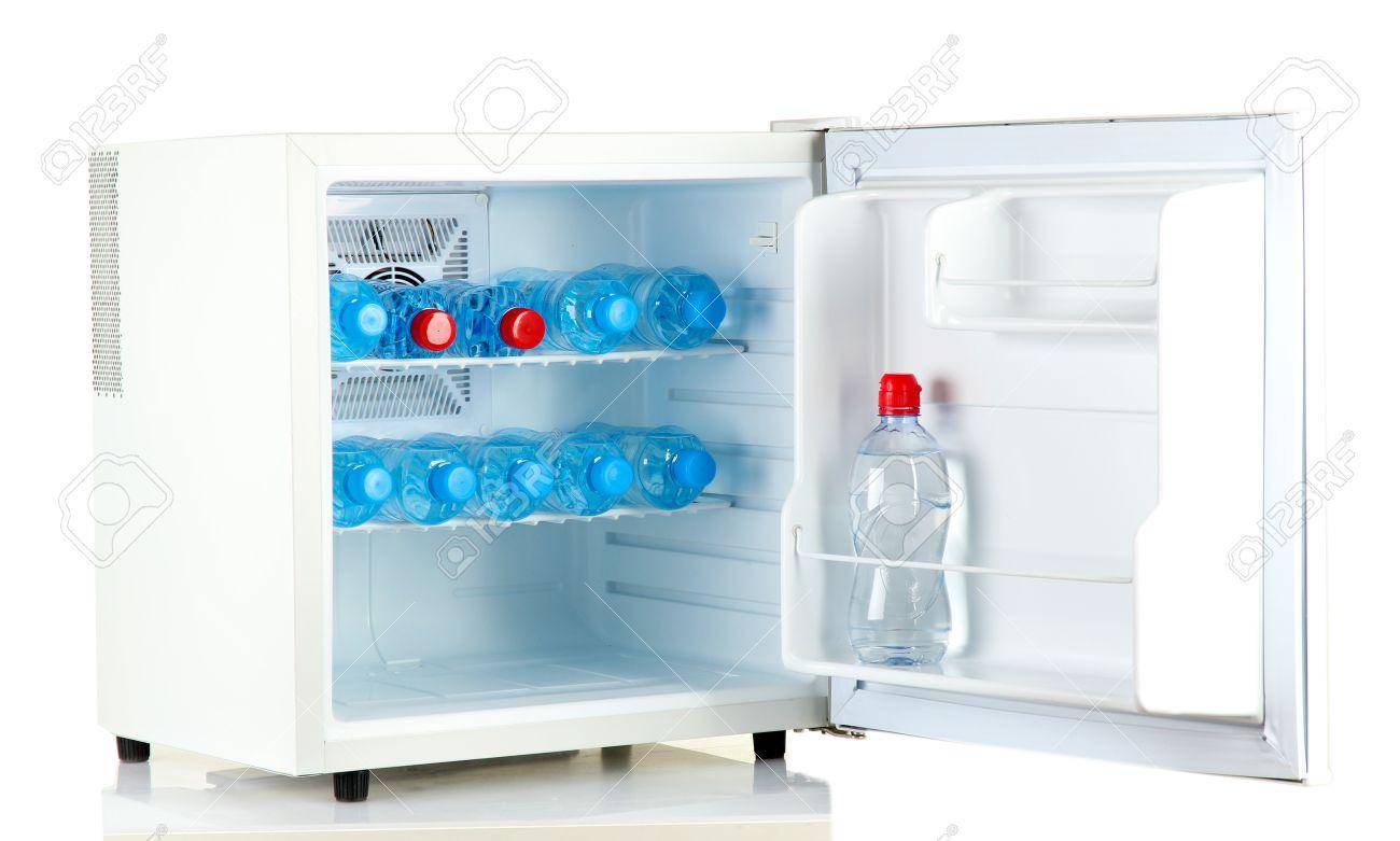 Designer Mini Kühlschrank : Mini kühlschrank voller flaschen wasser isoliert auf weiß
