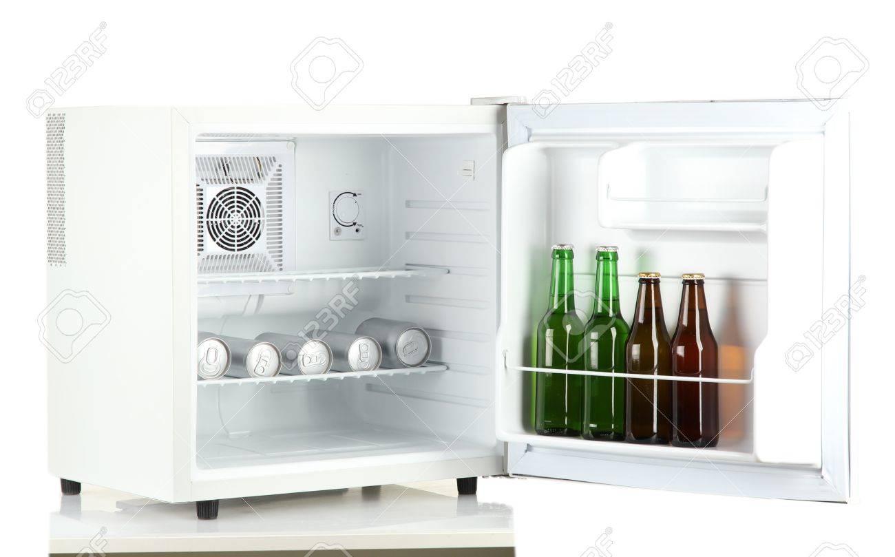 Kleiner Kühlschrank Für Flaschen : Mini kühlschrank voller flaschen und dosen bier isoliert auf weiß