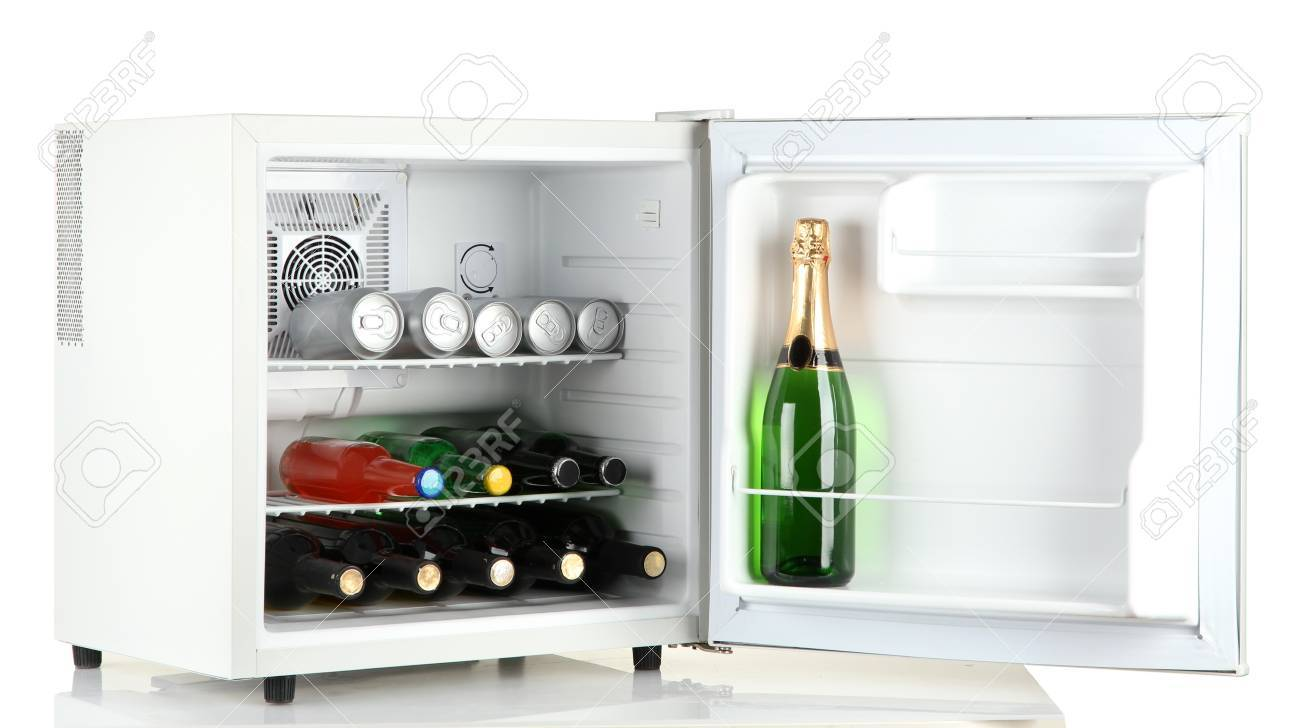 Mini Kühlschrank Voller Flaschen Alkoholische Getränke Auf Weiß ...