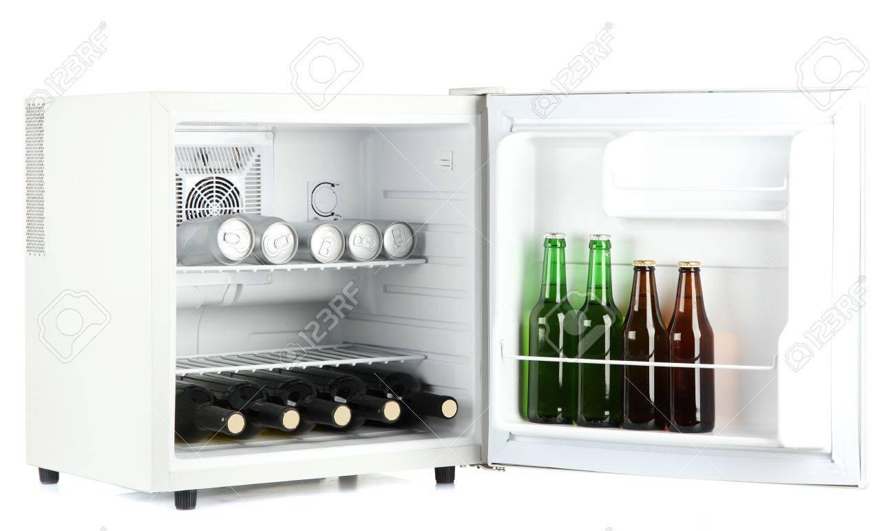 Kühlschrank Dosen : Mini kühlschrank voller flaschen und dosen bier isoliert auf weiß