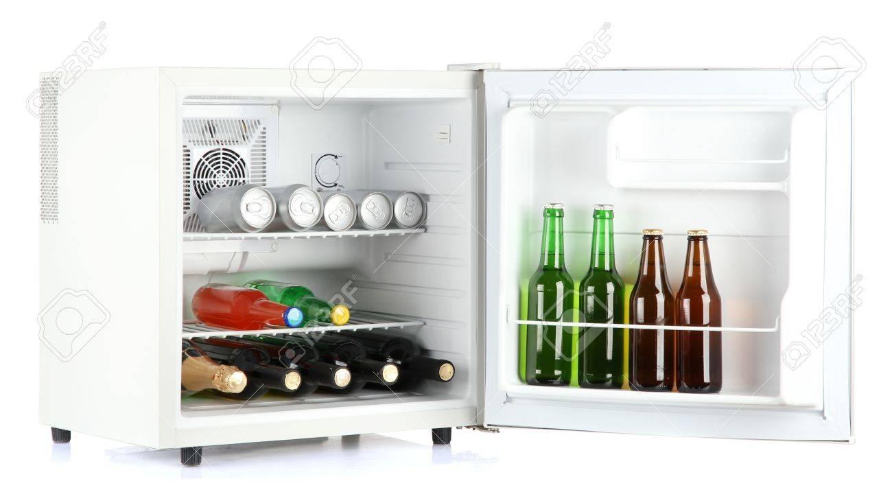 Kleiner Kühlschrank Getränke : Mini kühlschrank voller flaschen alkoholische getränke auf weiß