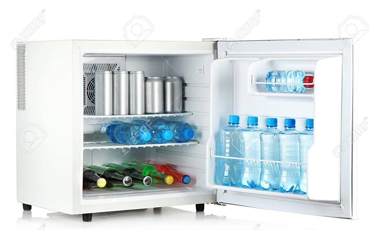 Mini frigo pieno di bottiglie e barattoli con bevande diverse ...