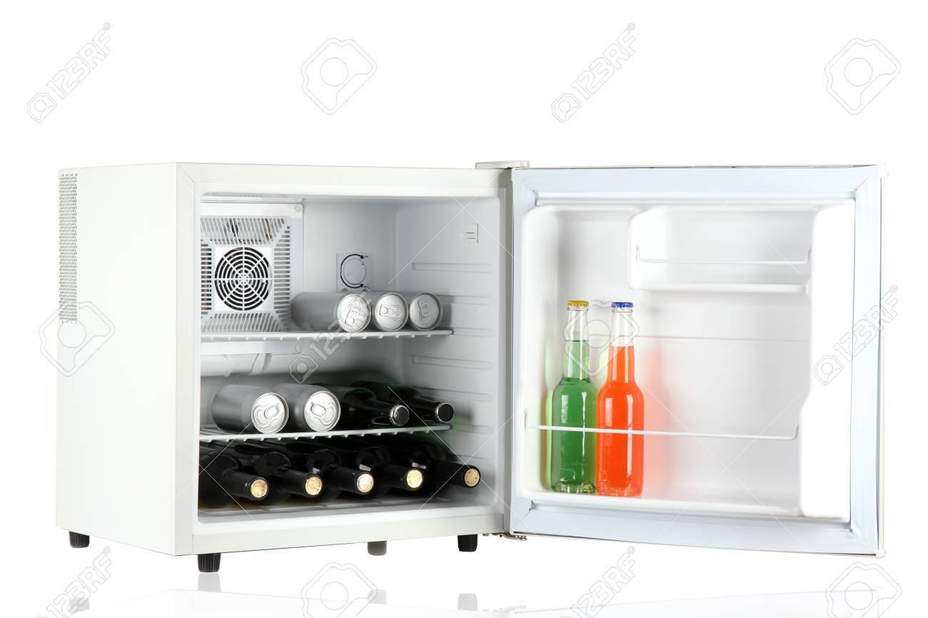Kleiner Kühlschrank Für Getränke : Mini kühlschrank voller flaschen alkoholische getränke auf weiß