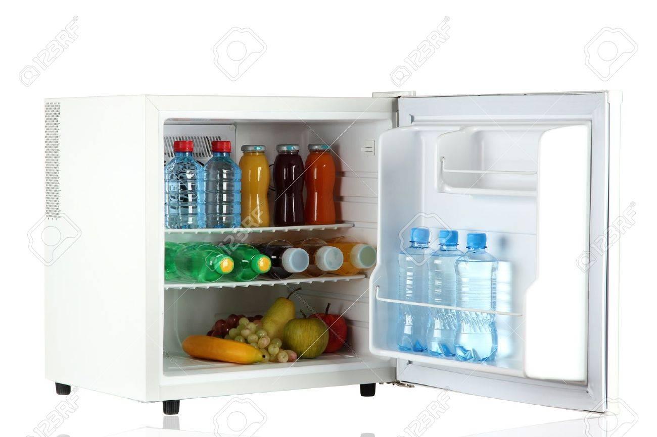 Kleiner Kühlschrank Weiß : Mini kühlschrank voller flaschen saft soda und obst isoliert