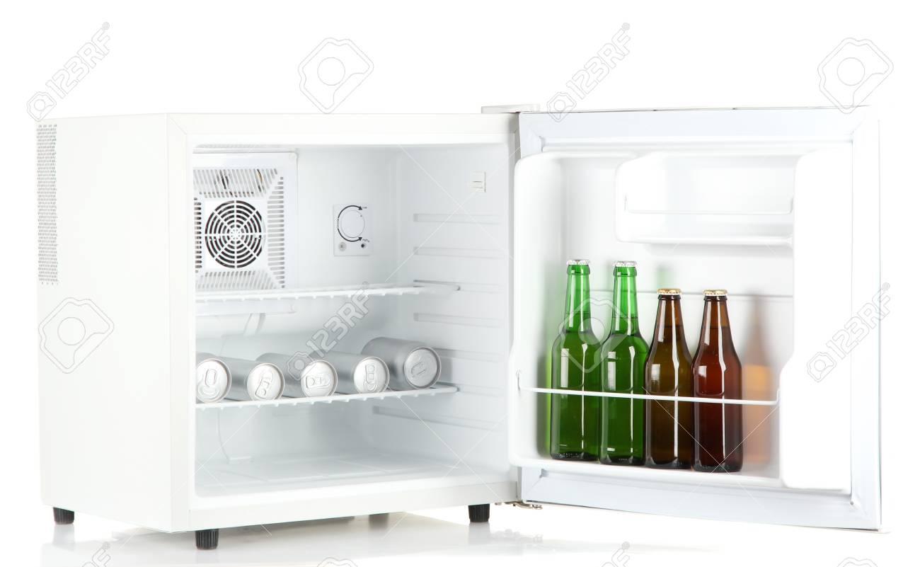 Mini Kühlschrank Bier : Mini kühlschrank voller flaschen und dosen bier isoliert auf weiß