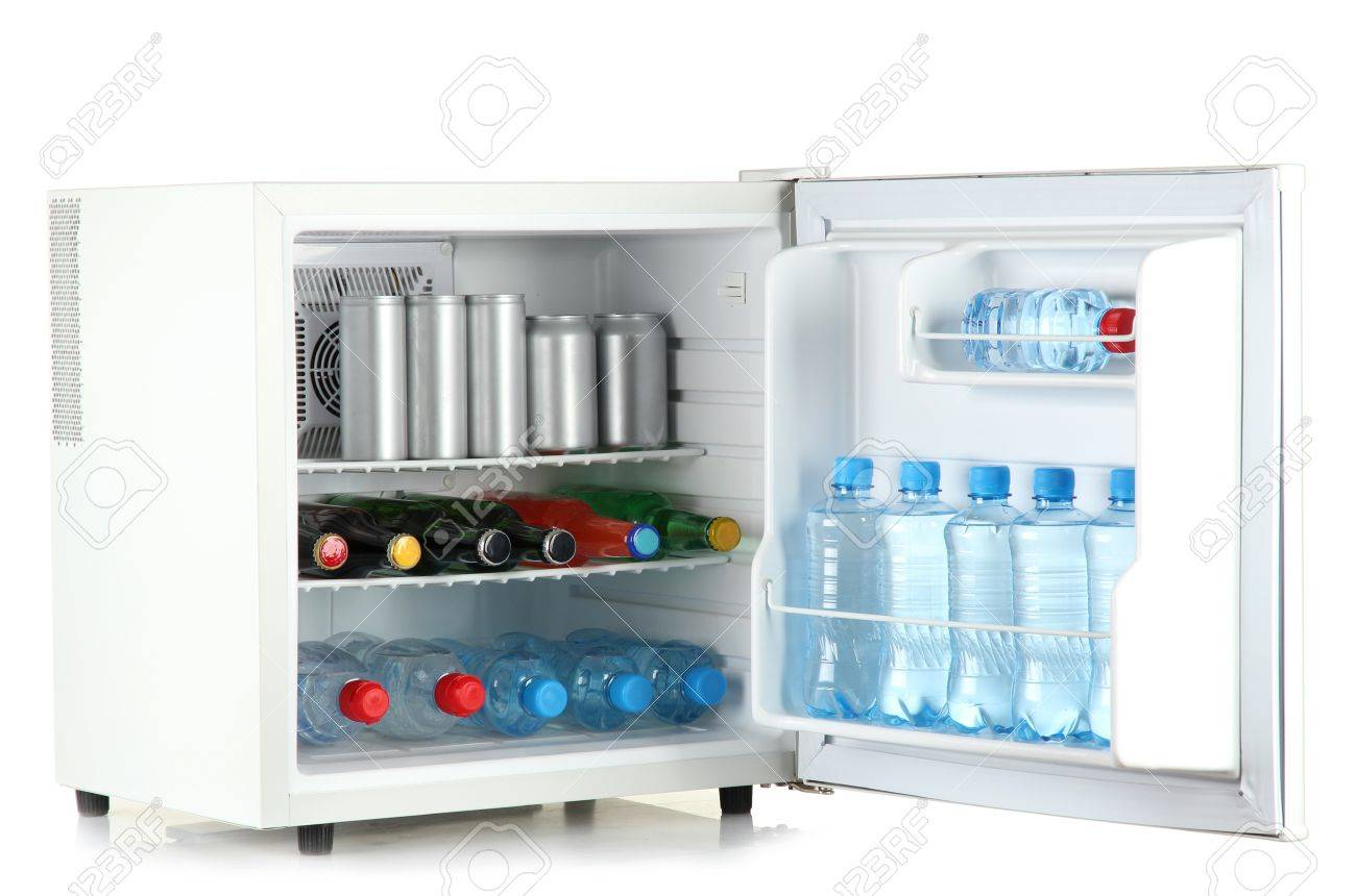 Mini Kühlschrank Für Getränke : Mini kühlschrank voller flaschen und gläser mit verschiedenen