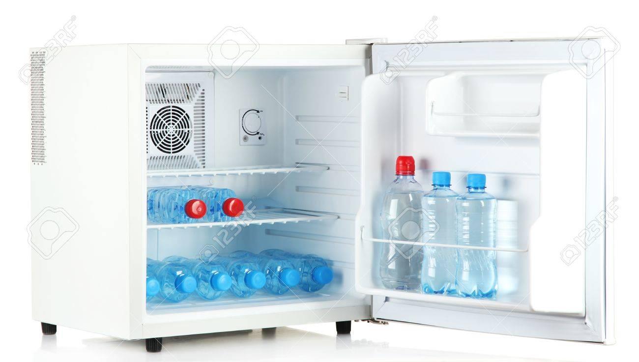 Mini Kühlschrank Für Flaschen : Mini kühlschrank voller flaschen wasser isoliert auf weiß