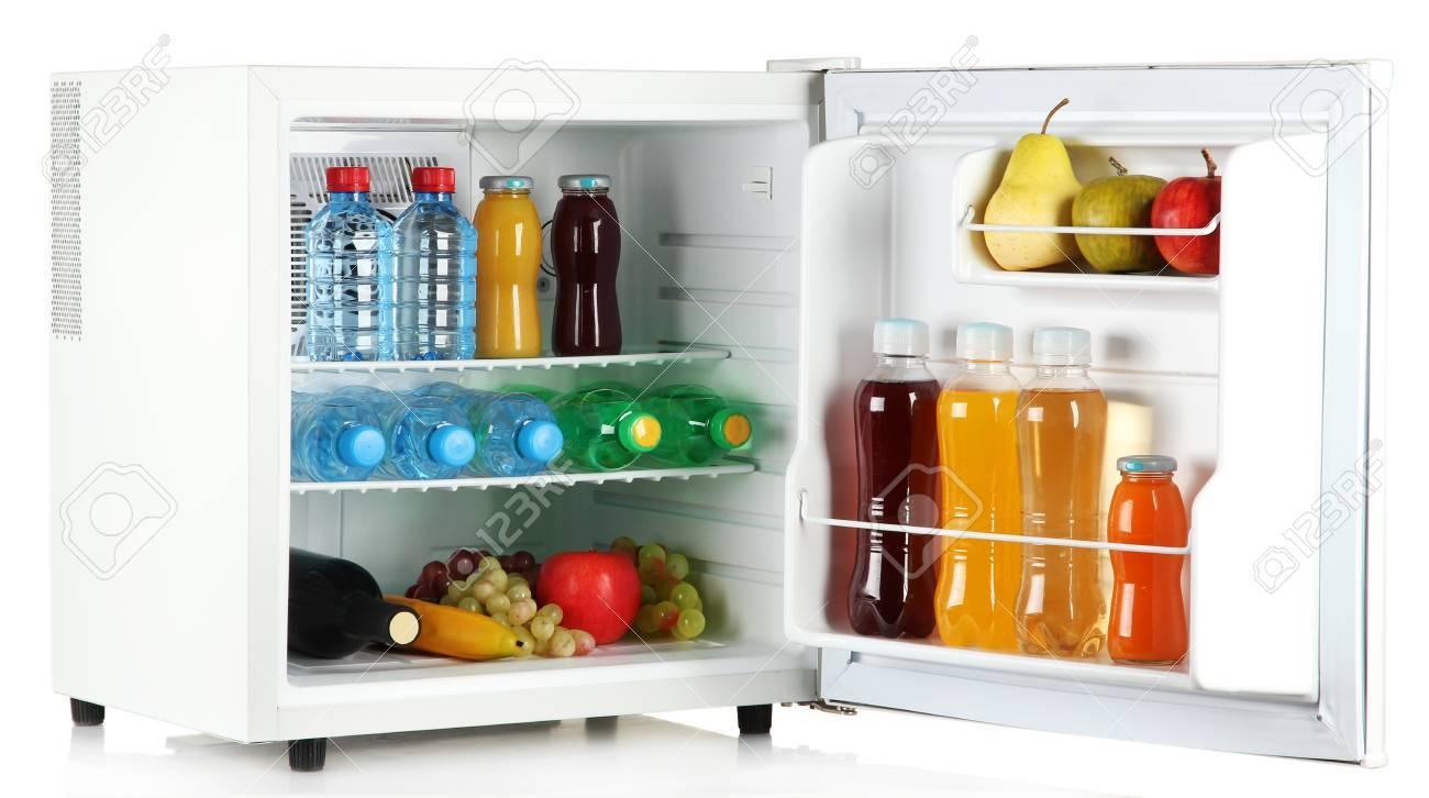 Mini Kühlschrank Für Flaschen : Mini kühlschrank voller flaschen saft soda und obst isoliert auf
