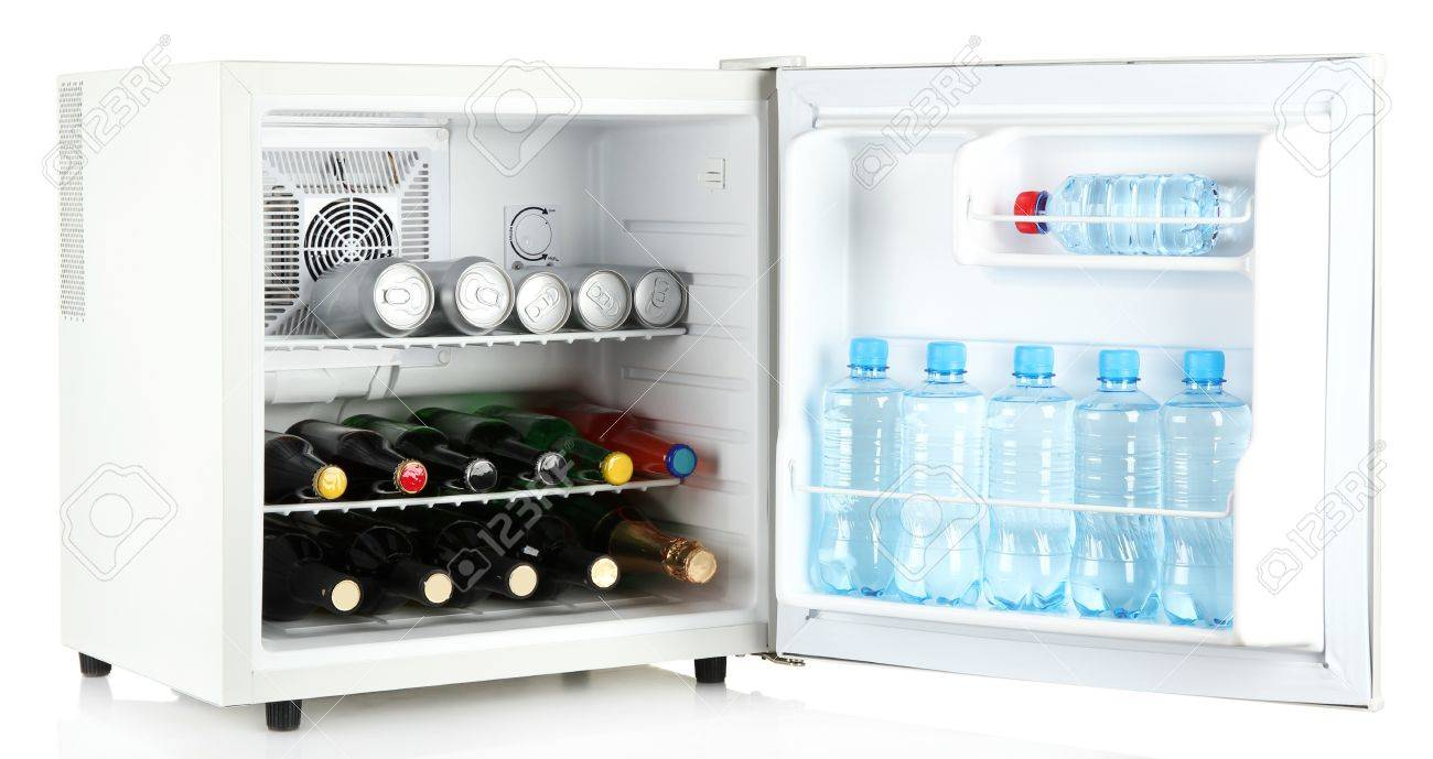 Mini Kühlschrank Getränke : Mini kühlschrank voller flaschen alkoholische getränke und wasser