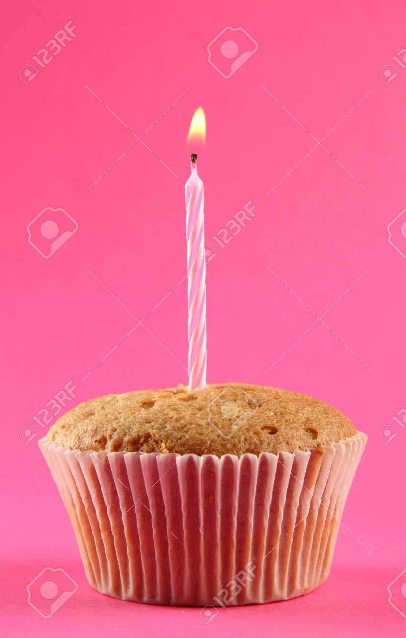 Anniversaire Savoureux Gâteau Avec Bougie Sur Fond Rose