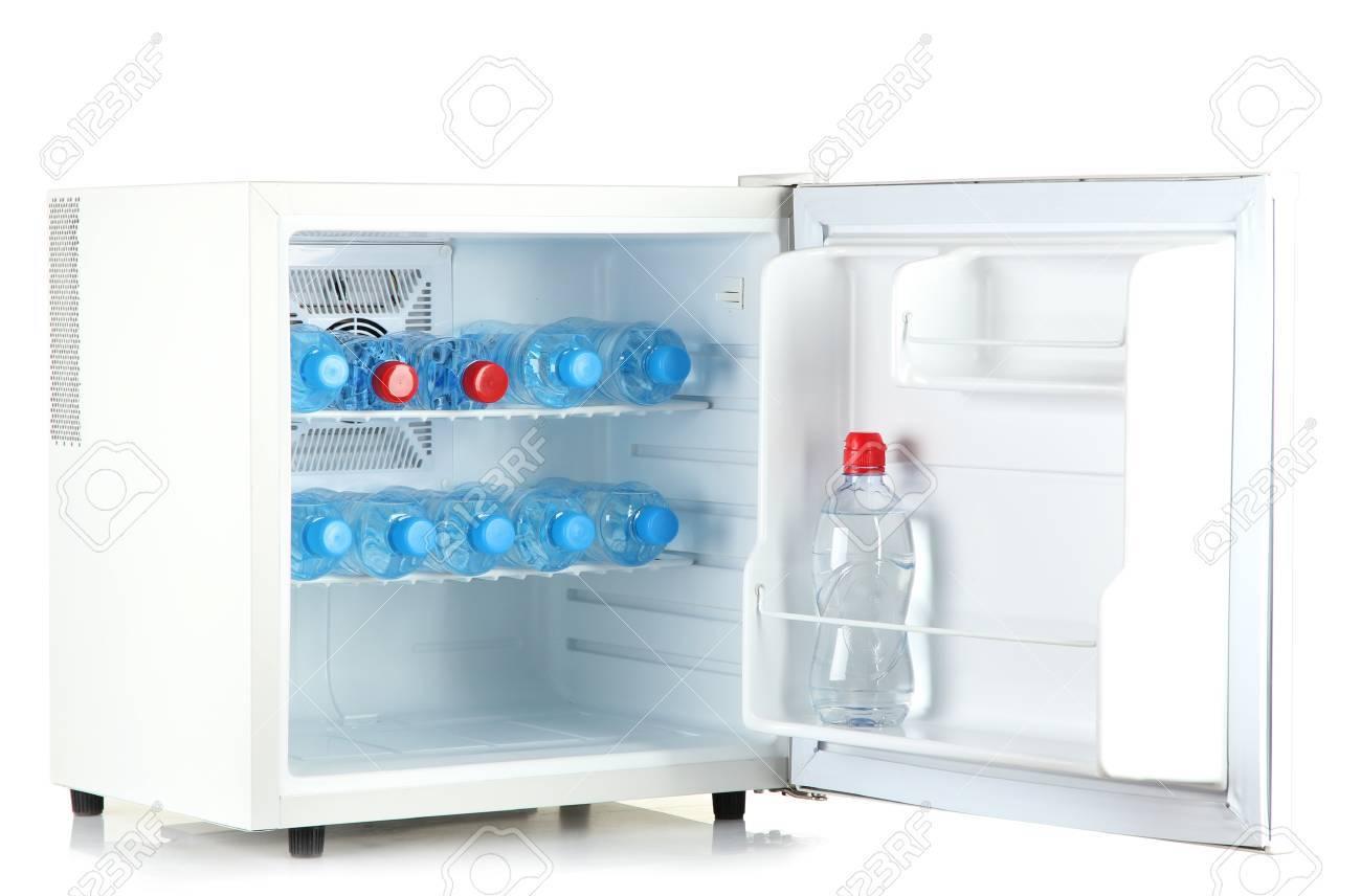 Cooler Mini Kühlschrank : Mini kühlschrank voller flaschen wasser isoliert auf weiß