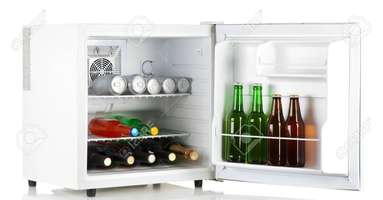 Kühlschrank Mini : Mini kühlschrank voller flaschen alkoholische getränke auf weiß
