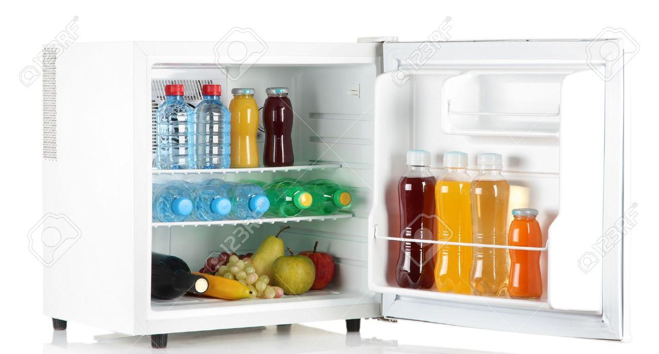 Mini Kühlschrank Mit Scheibe : Mini kühlschrank voller flaschen saft soda und obst isoliert auf