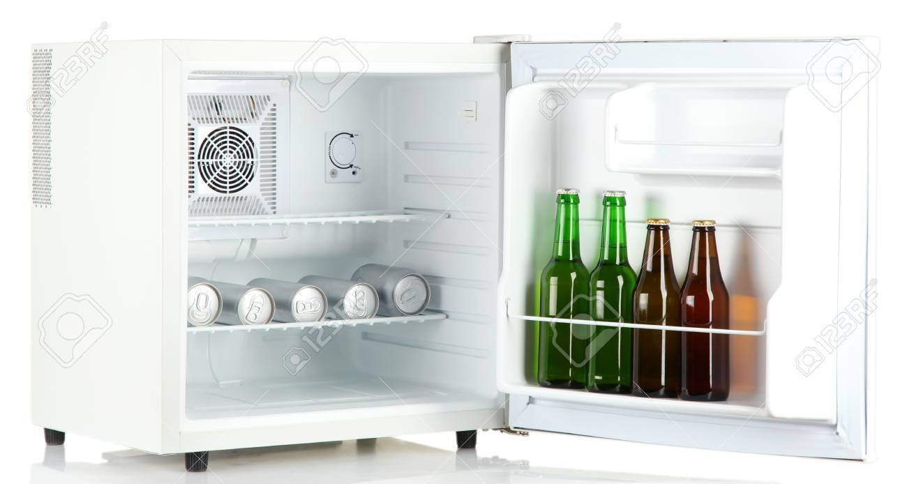 Kleiner Kühlschrank Weiß : Mini kühlschrank voller flaschen und dosen bier isoliert auf weiß