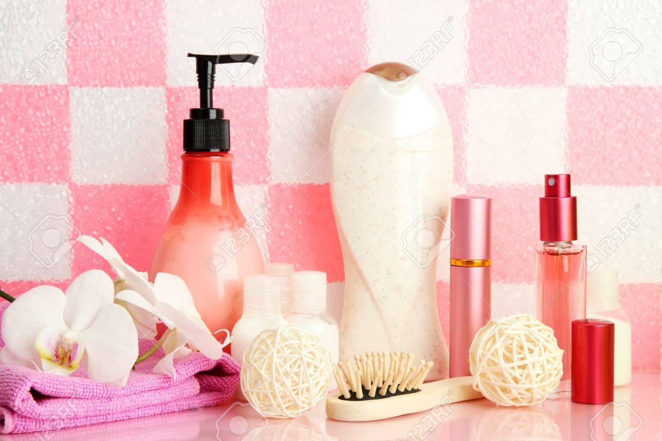 bad-zubehör auf dem regal im badezimmer auf rosa fliesen wand, Hause ideen
