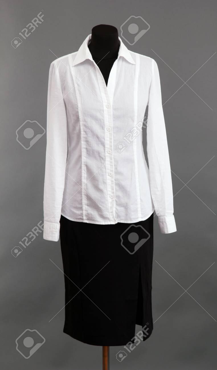 c122c42e5a94 Schwarzen Einen Auf Schaufensterpuppe Und Weiße Bluse Rock uwOZTXkiP