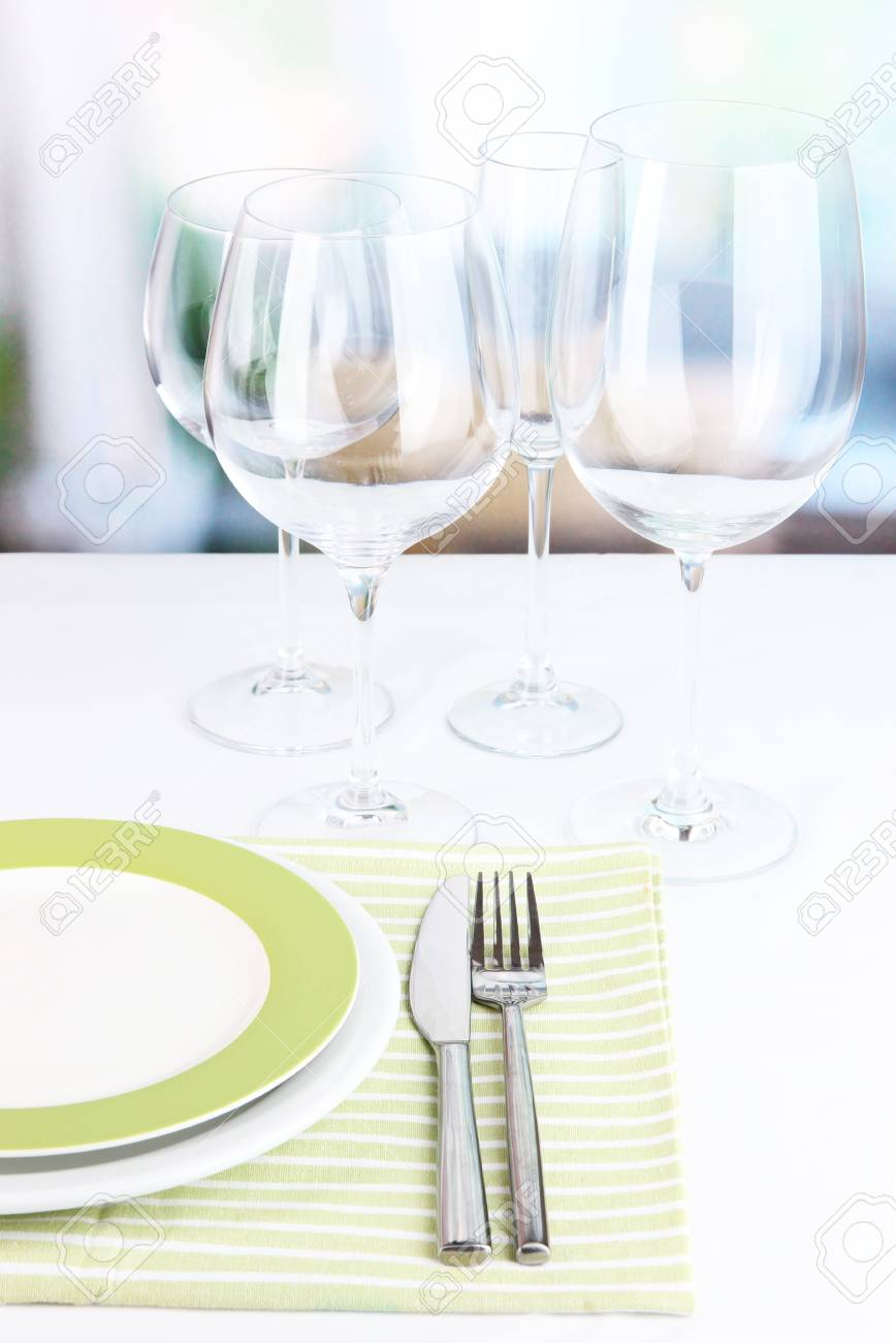 Tabelle Einstellung Mit Gläser Für Verschiedene Getränke Auf Dem ...