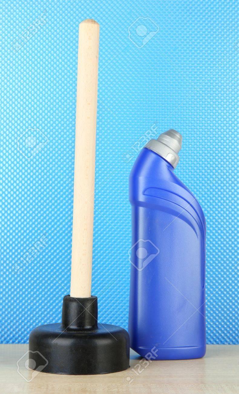 Mbolo De Inodoro Y Una Botella M S Limpia En El Fondo Azul Fotos  ~ Como Limpiar El Fondo Del Inodoro